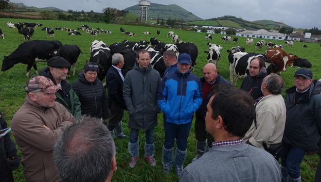 Gandeiros galegos na visita a unha granxa na illa de San Miguel.