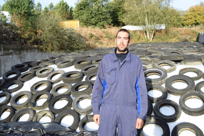 Marcos Quintas diante do silo de millo ecolóxico que fixeron este ano