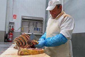 Un dos 25 empregados de Gutrei nas instalacións da empresa en Bóveda