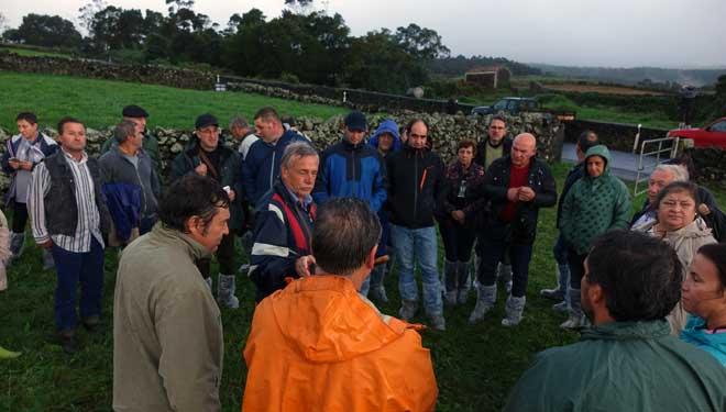 Conversación de la expedición gallega con ganaderos y técnicos de Unicol.