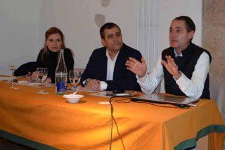 O director da Evega (drta.) e a presidenta da DO Monterrei, na inauguración da xornada.