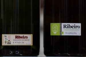 Etiquetas que garante que o viño é do Ribeiro
