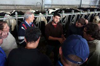 Marcial, da Gandería Costa, nunha visita de gandeiros galegos.
