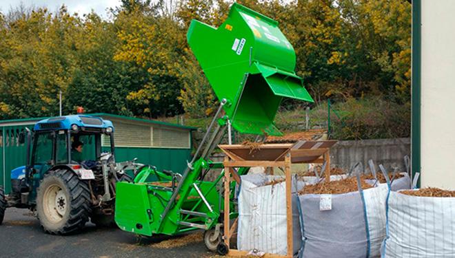 Recogida mecanizada de biomasa de restos de poda.