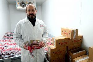 Óscar Moreno, xerente de Cárnicas Teijeiro, con algúns dos produtos que elabora a súa empresa