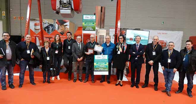 Entrega del primer premio de Gandagro Innova a Lely por un robot de alimentación.