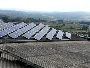 Paneis solares instalados para reducir a factura eléctica da granxa