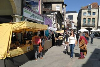 Puestos de venta de miel y artesanía en la Feira Rías Baixas.