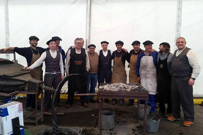 Foto dos ferreiros de Riotorto nunha edición anterior da Feira