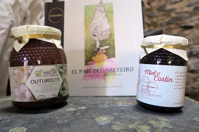 Outurelos e Mel do Cortín, as dúas marcas coas que Alberto comercializa o seu produto