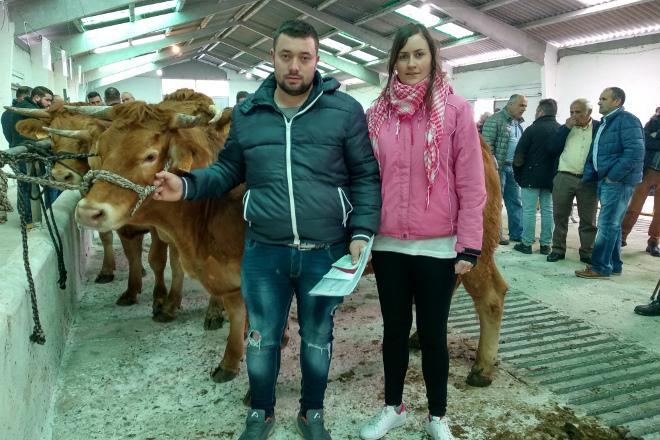 Rubén Penín Rouco y Ángeles Puente Rey, que se llevaron cuatro de las cinco novillas subastadas hoy a su explotación de rubia de Friol, en la que cuentan con 75 cabezas de ganado.