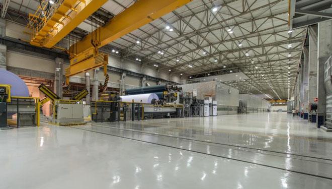 Interior dunha das factorías de produción de papel de Navigator.