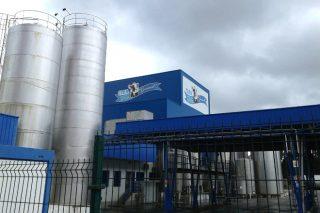 Gandeiros afectados polos impagos de Clea concéntranse diante da planta de Rábade