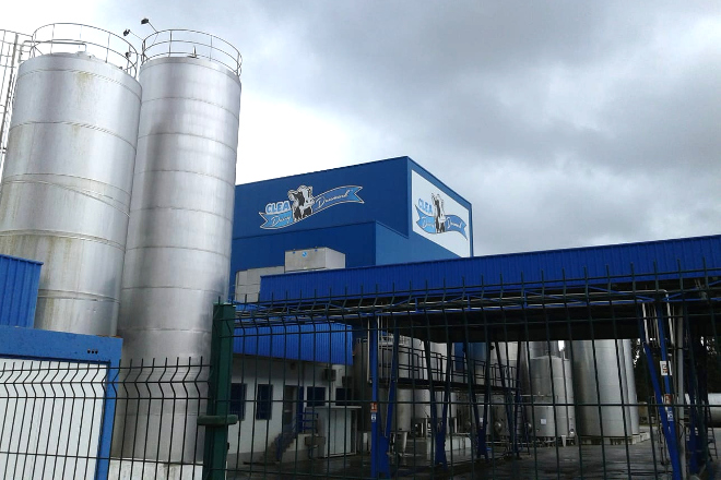 Ganaderos afectados por los impagos de Clea se concentran delante de la planta de Rábade