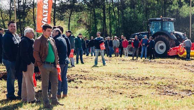 Asistentes á xornada de campo do Valtra Smart Tour.