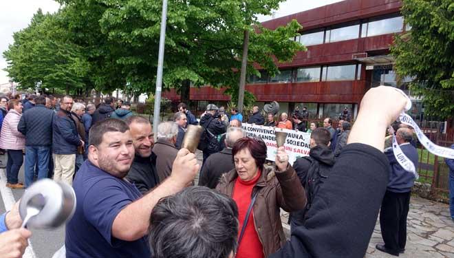 Protesta con cacerolas e chocas ante Medio Ambiente.