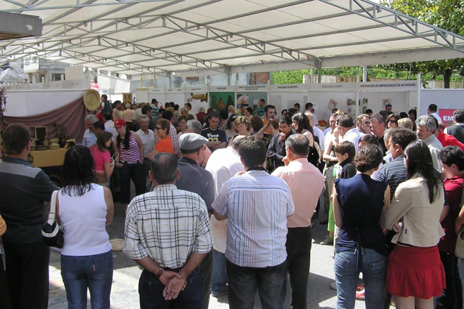 Público asistente a unha edición anterior da Feira da Empanada das Nogais