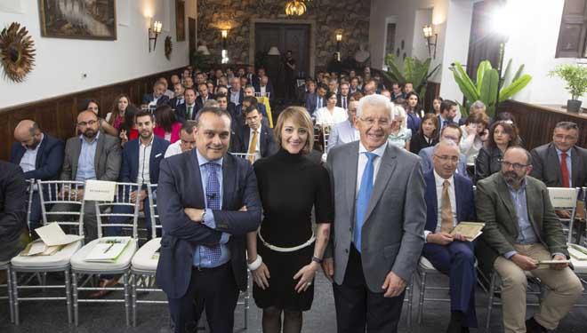O director xeral de Ucoga, Iván Novo, a ponente Elia Guardiola e o presidente de Ucoga, José Montes, na convención da compañía.