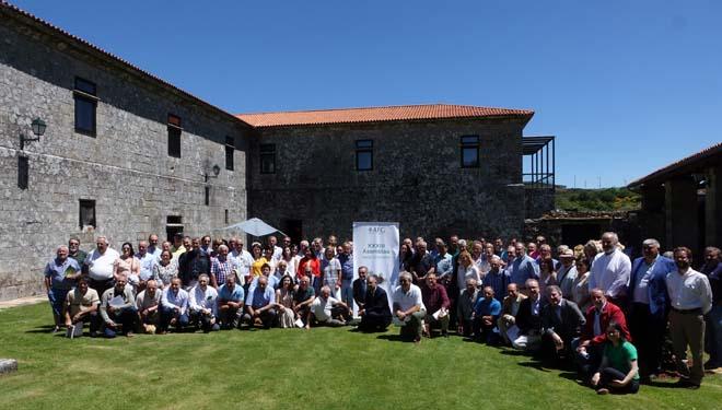 Representantes de montes veciñais e propietarios forestais nunha imaxe de grupo da Asemblea Xeral da AFG.