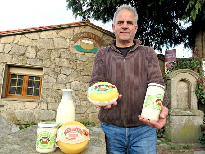 Xosé Luis Carreira con algúns dos produtos de Arqueixal