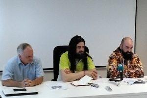 Jacobo Feijoo (Asefoga), á esquerda, xunto cos apicultores Xurxo Domínguez e David Sousa.