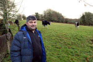Daniel, no pasto xunto ás 50 vacas leiteiras que subministran unha parte do leite empregado na queixaría
