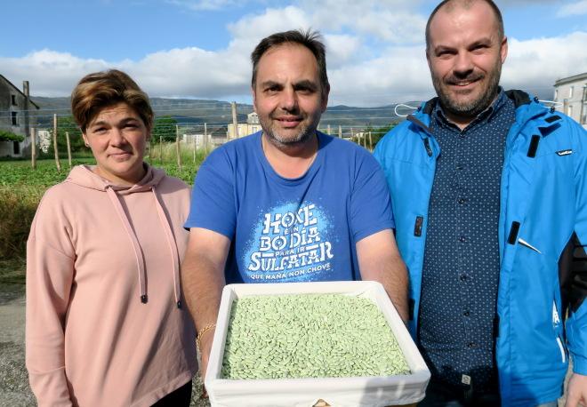 Rocío, Alfonso e Jesús, cunha caixa de faba verdina