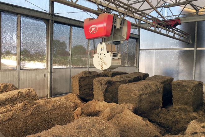 Na zona de carga o carro automático recolle as distintas proporcións dos distintos compoñentes para a ración