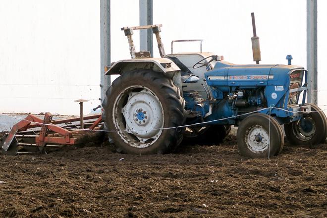 Empregan un tractor cunha grade para mover diariamente o compost da cama das vacas