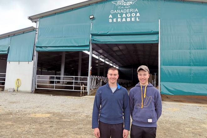 Sergio e Abel, diante das novas instalacións inauguradas este ano no lugar da Lagoa