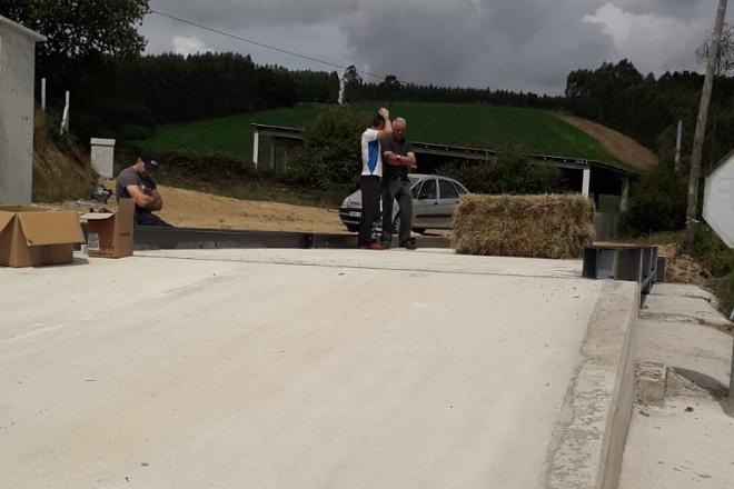 Cuma Portaferreiros, en Trazo, instala unha báscula para pesar forraxes e materias primas