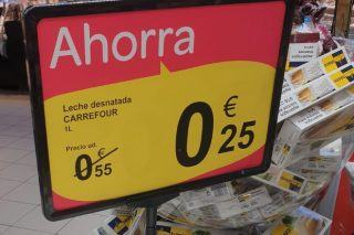 Denuncian que Carrefour vende o leite a 0,25 euros o litro