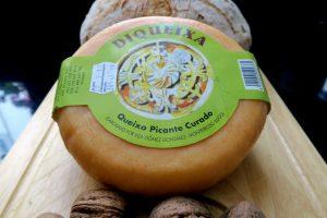 O queixo picante leva o pementón engadido á masa