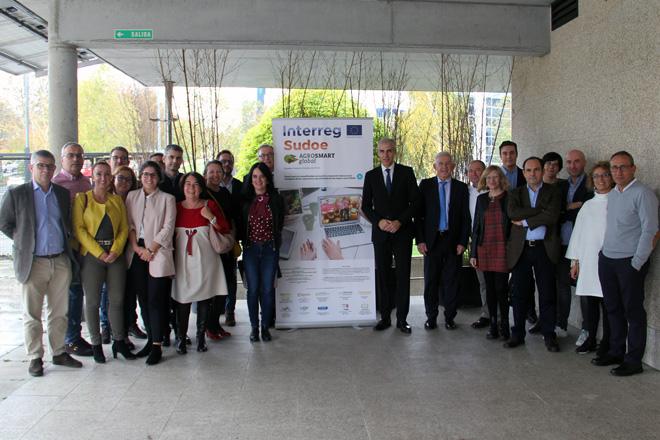 Os participantes no proxecto Agrosmart global, este martes co conselleiro de Industria, Francisco Conde
