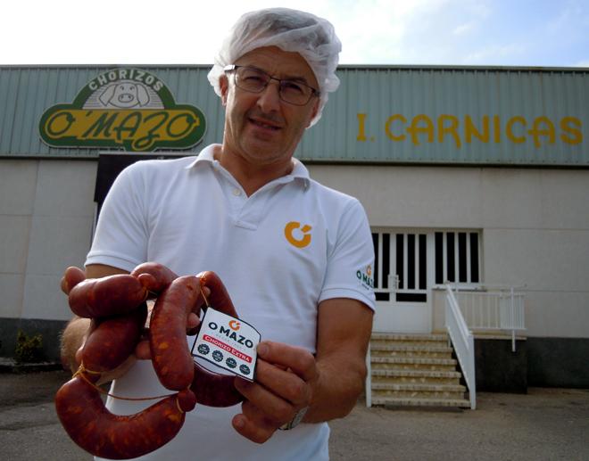 Juan diante da fábrica do Mazo en Riotorto