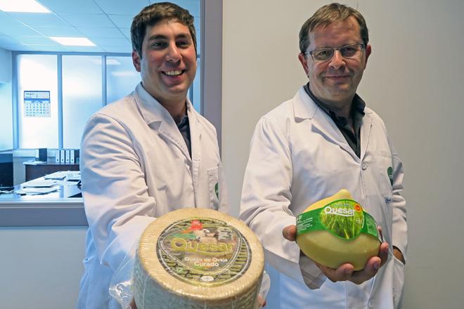 Manuel e Álvaro con dous dos queixos que fabrican, o de ovella curado e o tetilla, que recibiron premios nos Award Cheese