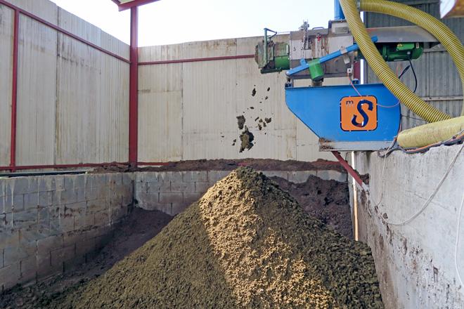 O separador funciona dous días á semana e en seis horas logra 14 metros cúbicos de compost