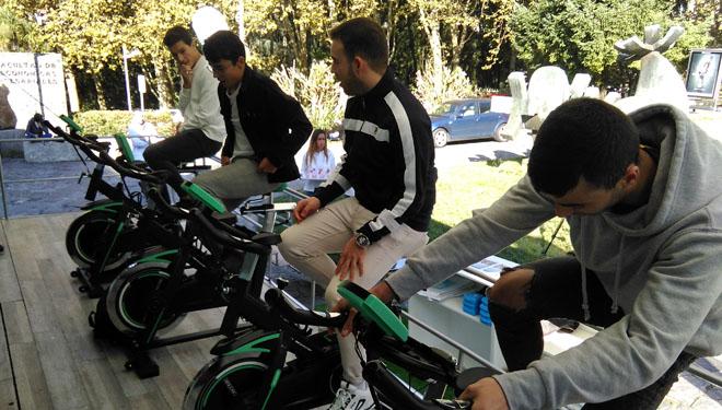 Estudantes nas bicicletas estáticas do autobús da campaña Generación Láctea.