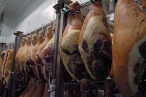 A carne coa que elaboran os seus produtos procede das súas propias granxas, ubicadas nos concellos de Riotorto, Lourenzá e A Pastoriza