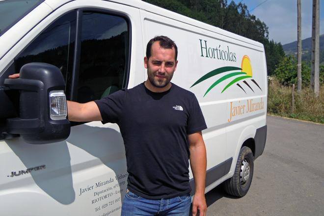 Javier, cunha das tres furgonetas que teñen para o reparto