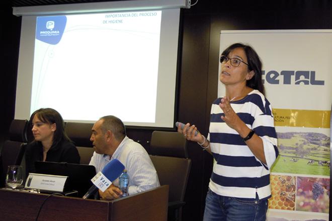 Natalia Teijeiro, explicando que aspectos hai que ter en conta á hora de limpar o tanque