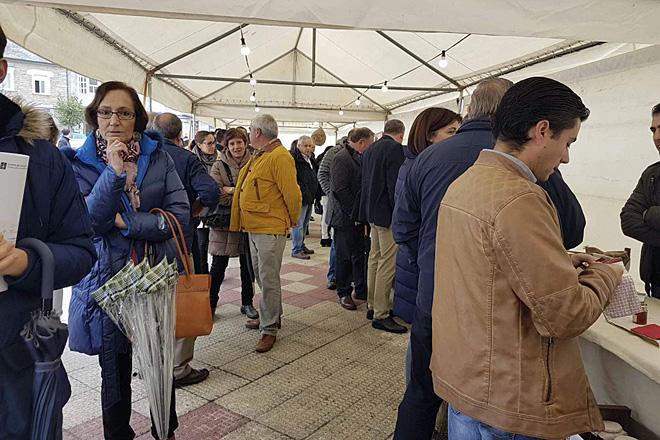 Asistentes a unha edición anterior da Feira do Mel que se celebra en Baleira