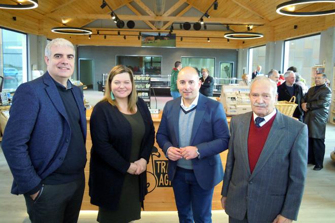 Manolo e Isabel Gómez xunto ao alcalde de Friol, José Ángel Santos, e ao subdirector do Agader, Javier Blanco.