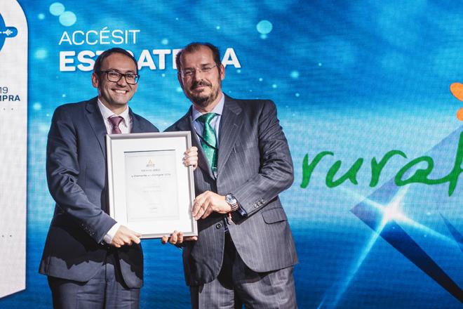 Paco Ansede recogiendo el premio en nombre de Delagro ayer en la gala anual de AERCE