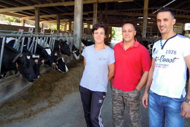 Ana, Recaredo e Lino, xunto ás súas vacas no lugar do Mato, en Friolfe