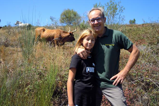 Jordi Anguez coa súa filla Carmen no monte onde teñen o seu rabaño