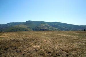 Frente al monte Oribio, a 900 metros de altitud, Jordi está sembrando praderas en zonas de monte comunal