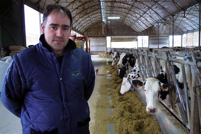 Fernando, na nave de produción da gandeiría