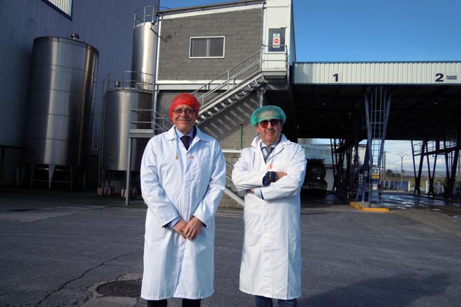 Visita do director xeral de Gandería, José Balseiros, acompañado do director da planta, Joaquín Garrido, a Oviganic en xaneiro do ano pasado