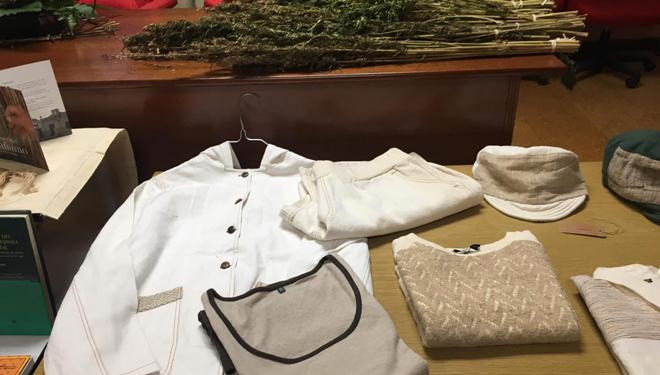 Mostra de roupa elaborada con fibras téxtiles de cáñamo.